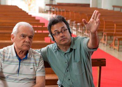Alberto Araújo dirigindo o ator Othon Bastos.